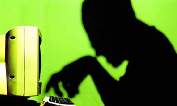 Napoli: vende online prestazioni sessuali del figlio 11enne